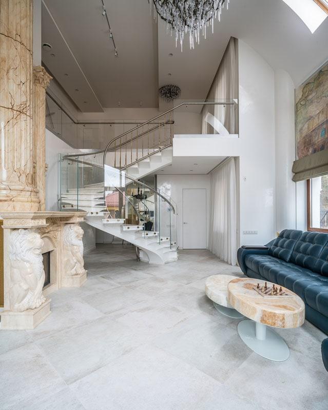 Фото интерьера дома, вид на лестницу