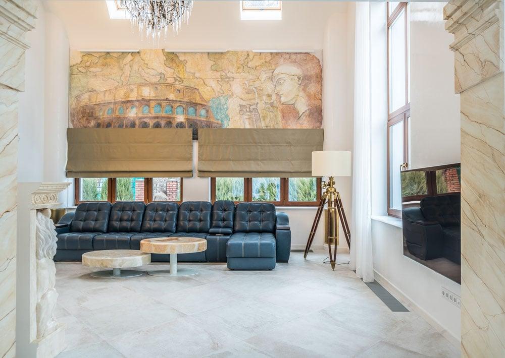 Фото интерьера дома, вид из кухни на фреску