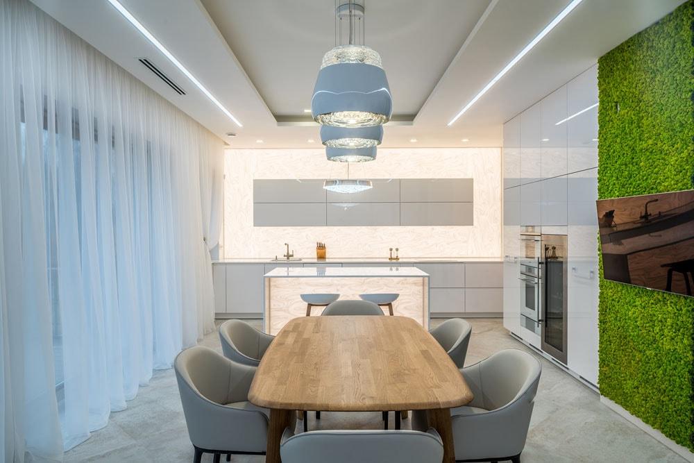 Фото интерьера кухни-столовой, камень с подсветкой