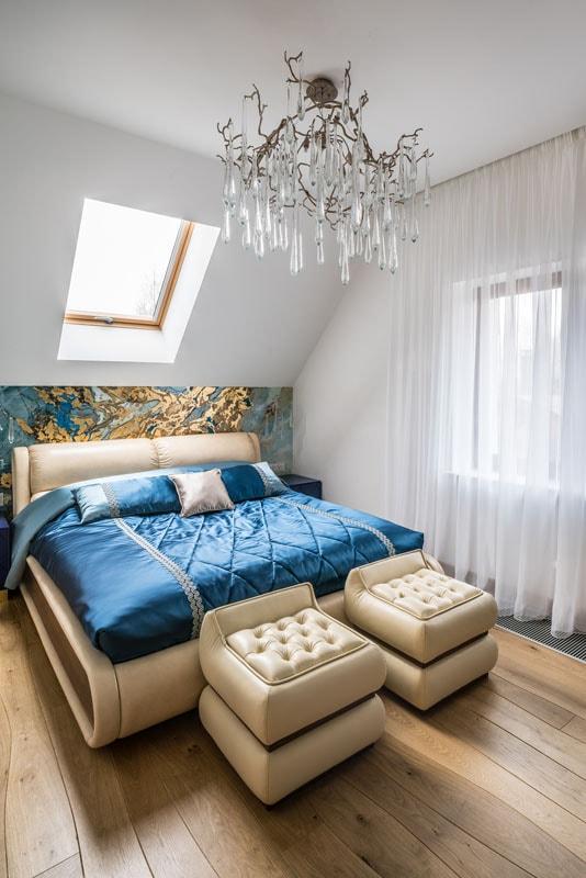 Фото интерьера спальни, фреска в изголовье