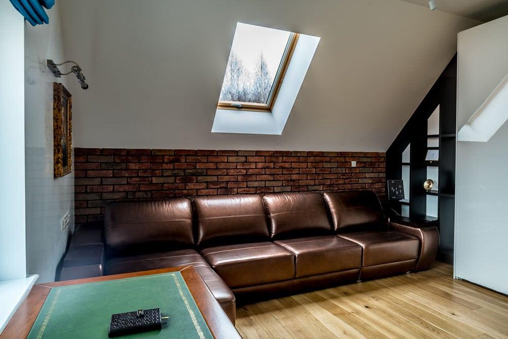 Фото интерьера кабинета, вид на диван
