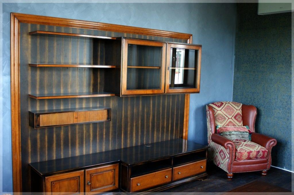 Гостиная, шкаф и кресло