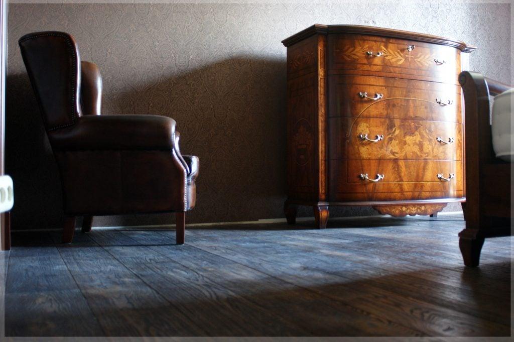 Гостиная, кресло и комод