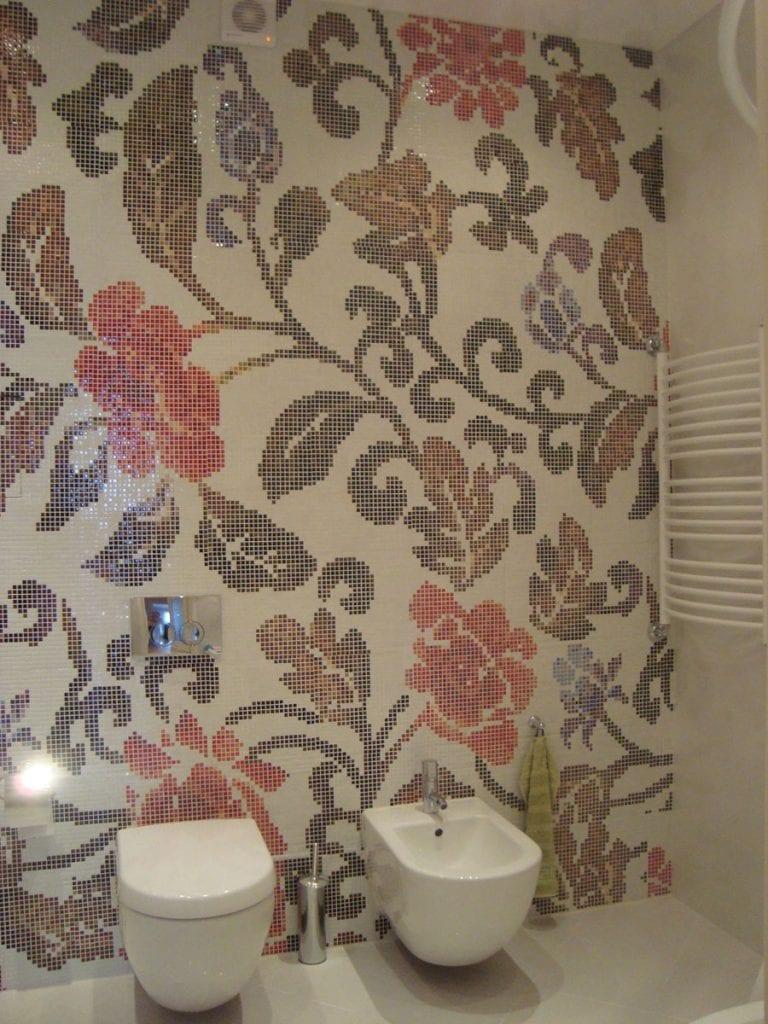 Ванная комната, вид на мозаичное панно