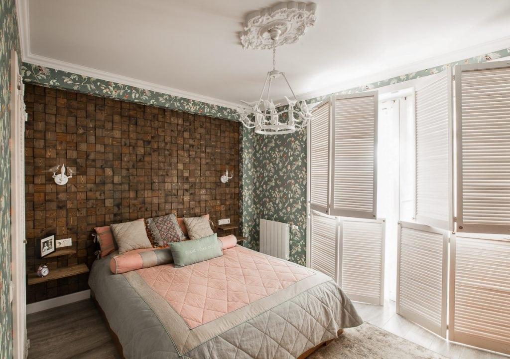 Фото интерьера спальни в квартире, ставни закрыты