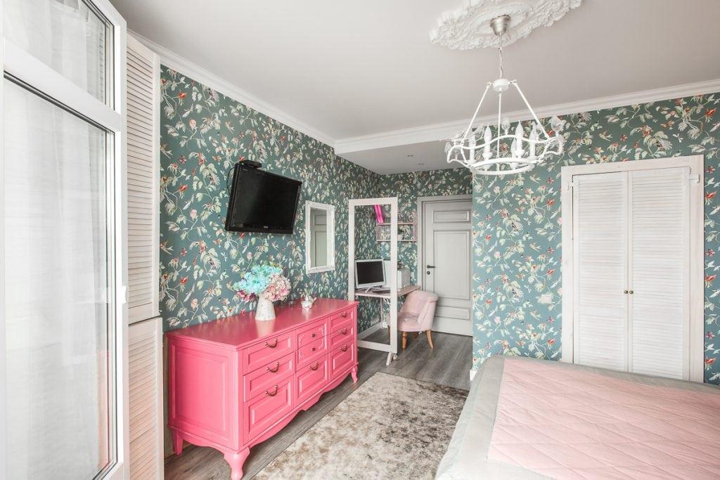 Фото интерьера спальни, вид на комод