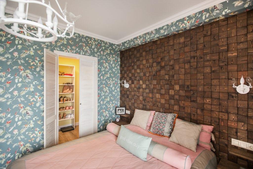 Фото интерьера спальни, вид на гардеробную
