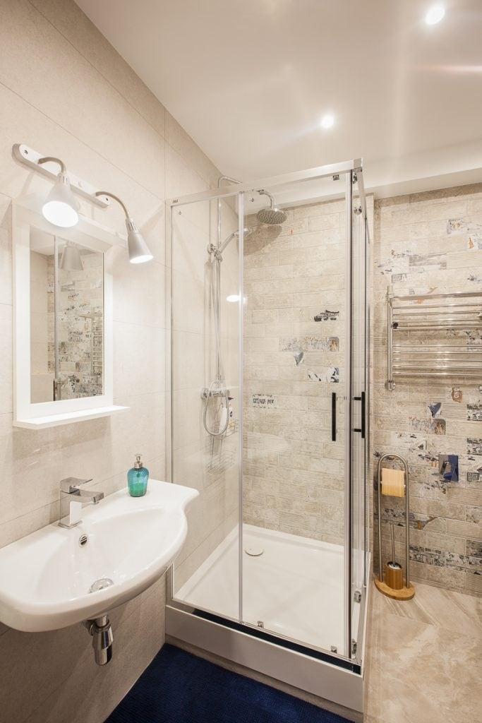 Фото интерьера ванной комнаты, вид на душевую кабину