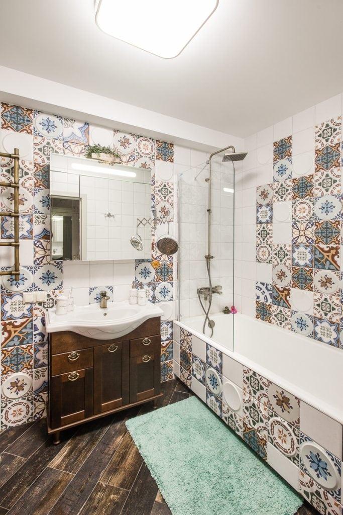 Фото интерьера ванной комнаты, вид на ванну