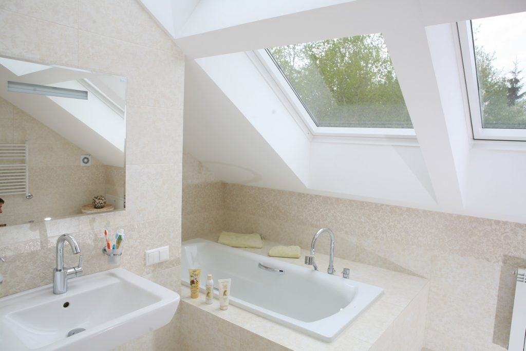 Фото ванной на мансардном этаже в загородном доме